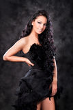 Mulher glamoroso com vestido preto Fotos de Stock
