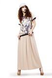 Mulher glamoroso Modish no vestido da forma e no levantamento do tampão. Tiro do estúdio imagens de stock royalty free