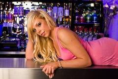 Mulher glamoroso na parte superior da barra Fotos de Stock Royalty Free