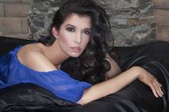 Mulher glamoroso que encontra-se na cama Fotos de Stock