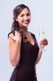 Mulher glamoroso que guarda o vidro do champanhe do vinho espumante foto de stock