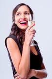 Mulher glamoroso que guarda o vidro do champanhe do vinho espumante imagem de stock