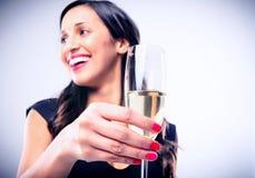 Mulher glamoroso que guarda o vidro do champanhe do vinho espumante fotografia de stock royalty free