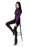 A mulher Glamourous está sentando-se em uma cadeira Fotos de Stock Royalty Free