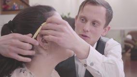 Mulher gorda bonita com seu fim do noivo acima em casa Macarronetes de suspensão do homem louro magro bonito nas orelhas de sua m video estoque
