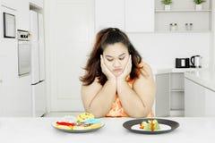 Mulher gorda com salada e os anéis de espuma vegetais Foto de Stock Royalty Free