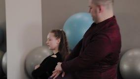 Mulher gorda e homem que esticam em esteiras da aptidão vídeos de arquivo