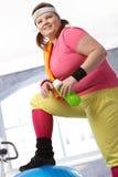 Mulher gorda no sportswear colorido fotografia de stock royalty free