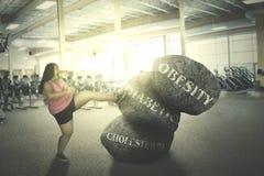Mulher gorda que luta com suas doenças fotografia de stock