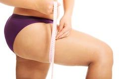 Mulher gorda que measuting sua coxa Fotografia de Stock