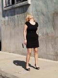 Mulher gorda que olha acima Sunny Day Dress Foto de Stock Royalty Free