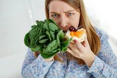 A mulher gorda sentou-se em uma dieta e pensa o que comer foto de stock royalty free