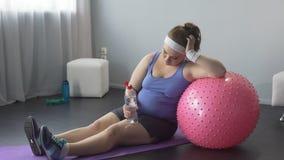 A mulher gorda virou sobre seu peso, treinamento mal sucedido, restaurando o equilíbrio de água video estoque