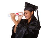 Mulher graduada que guardara o certificado Imagens de Stock Royalty Free