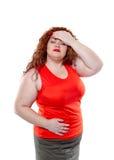A mulher grande com batom vermelho e grande dor abdominal, humor mau fotos de stock