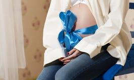 A mulher gravida foto de stock