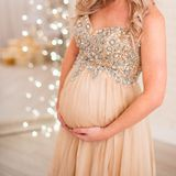 A mulher gravida apoia um grande estômago com mãos na parte inferior fotos de stock royalty free