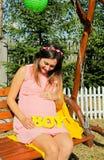 Mulher gravida bonita exterior com decorações Fotos de Stock Royalty Free