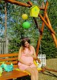 Mulher gravida bonita exterior com decorações Imagens de Stock Royalty Free