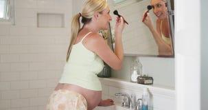 Mulher gravida bonita que põe sobre a composição imagem de stock