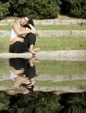 Mulher gravida bonita que relaxa fotografia de stock royalty free