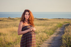 Mulher gravida bonita que relaxa fora Imagem de Stock Royalty Free