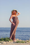 Mulher gravida bonita que relaxa perto do mar Fotos de Stock