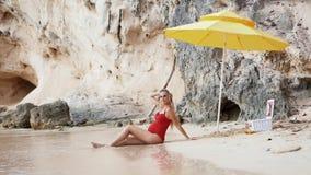 Mulher gravida caucasiano que relaxa em férias em acessórios de uma praia do Sandy Beach vídeos de arquivo