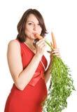 Mulher gravida com cenouras frescas Fotos de Stock Royalty Free