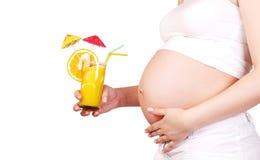 Mulher gravida com cocktail de fruta Foto de Stock