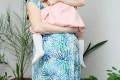 Mulher gravida com filha, amor materno, barriga da gravidez da mulher com criança Esperando o nascimento do bebê no terceiro trim Imagem de Stock Royalty Free