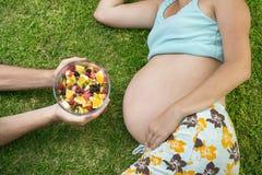 Mulher gravida com fruta Imagens de Stock Royalty Free