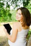 Mulher gravida com PC da tabuleta imagens de stock