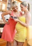 Mulher gravida com retrato do ultra-som Fotos de Stock Royalty Free