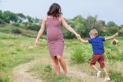 Mulher gravida com seu filho Imagens de Stock Royalty Free