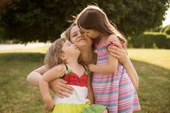 Mulher gravida com suas filhas Fotos de Stock