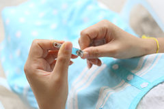 Mulher gravida com tosquiadeiras de prego Imagens de Stock