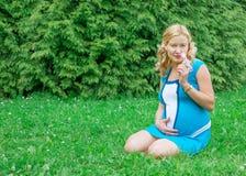 Mulher gravida com uma flor imagem de stock