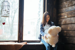 Mulher gravida com urso macio Fotos de Stock Royalty Free