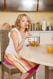 A mulher gravida come a salada vegetal Imagem de Stock