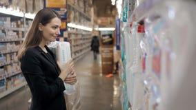 A mulher gravida compra os tecidos no supermercado, retrato da mãe feliz nova na loja Imagens de Stock