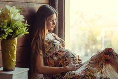 Mulher gravida da beleza Fotos de Stock Royalty Free