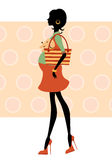 Mulher gravida da silhueta que anda com cão pequeno Imagem de Stock Royalty Free