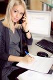 Mulher gravida de Attreactive no trabalho com papel de escrita do computador. Fotos de Stock Royalty Free
