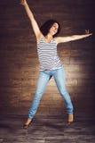 Mulher gravida de salto Foto de Stock Royalty Free