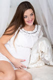 Mulher gravida de sorriso feliz bonita Imagens de Stock