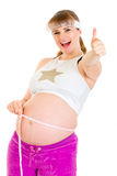 A mulher gravida de sorriso que mostra os polegares levanta o gesto Imagens de Stock