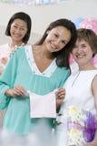 Mulher gravida e amigos em uma festa do bebê fotos de stock royalty free