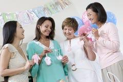Mulher gravida e amigos na festa do bebê imagem de stock