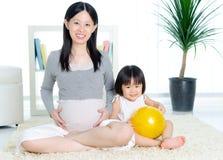 Mulher gravida e filha Foto de Stock Royalty Free